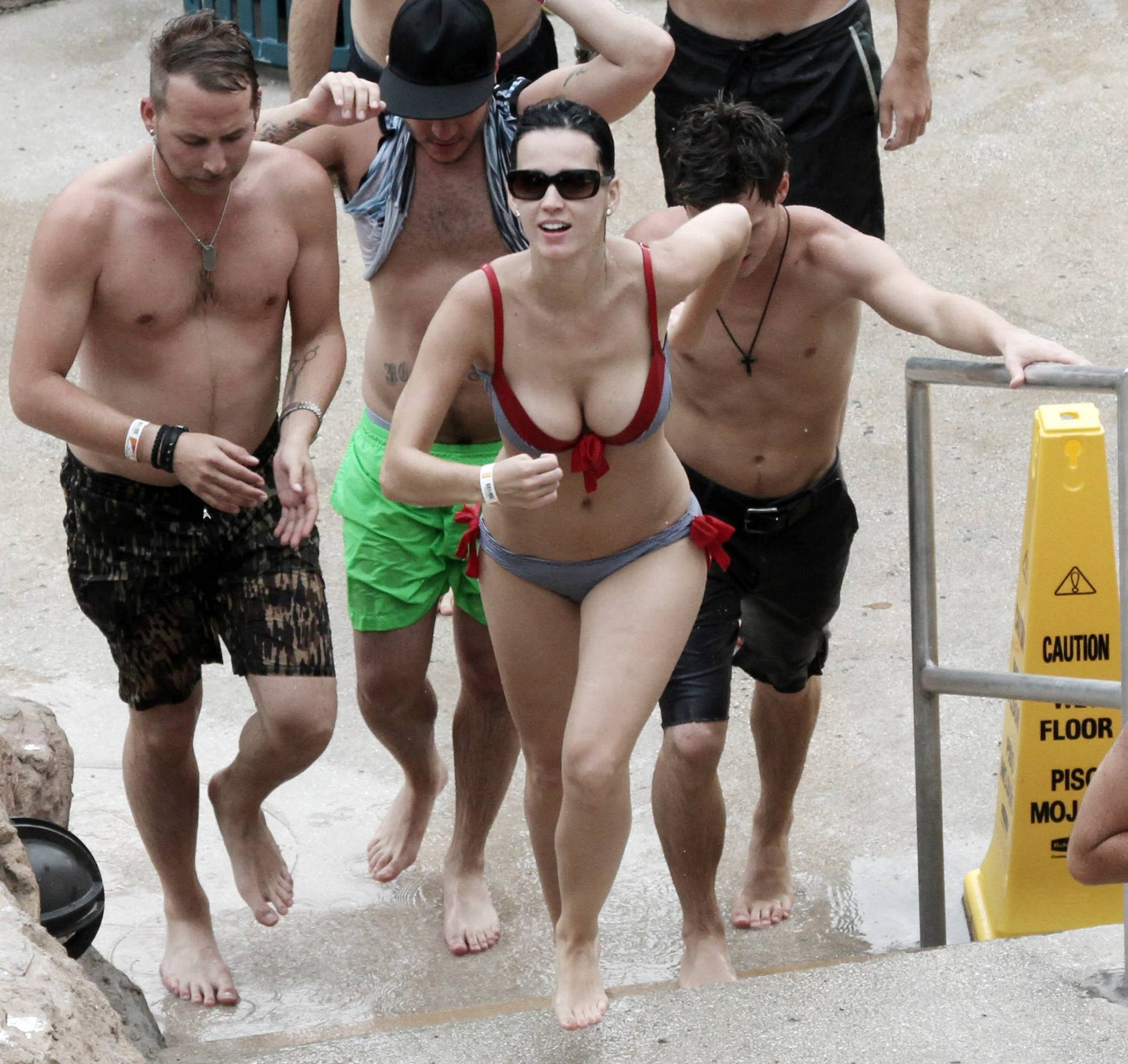 Katy_Perry_Bikini_Water_Park_4
